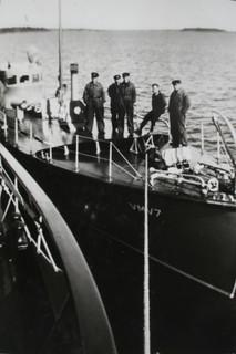 VMV 7 ja miehistöä VL Merikotkan kyljessä