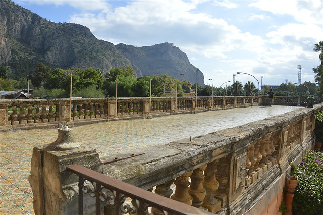 Villa Chiaramonte Bordonaro ai Colli: una terrazza maiolicata