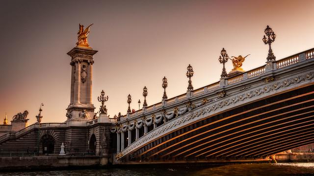 Sous le pont de Paris