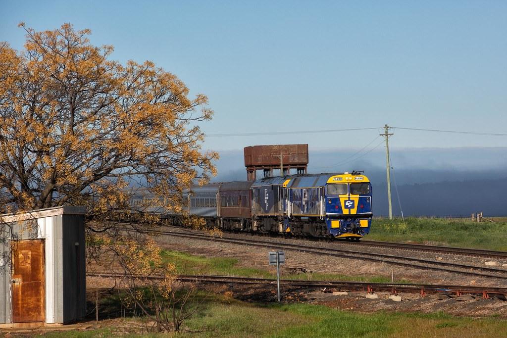 FL220 Passing Wirrinya by Trent