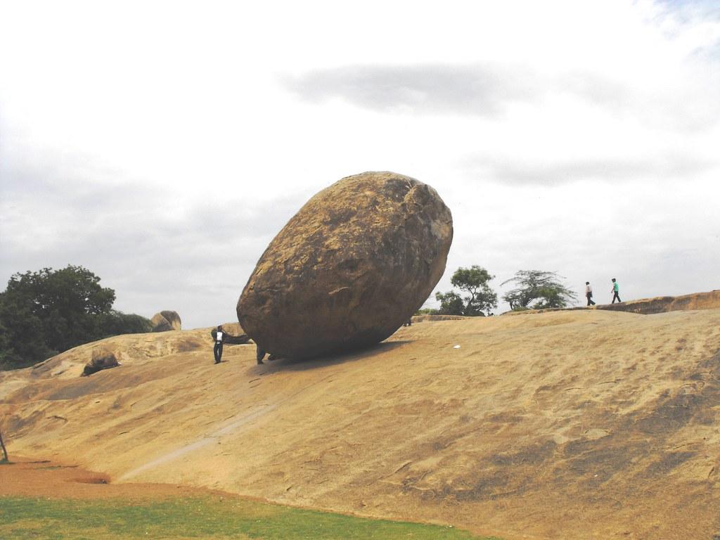 Hòn đá nặng 250 tấn nằm trên sườn dốc hàng nghìn năm, thách thức các định luật vật lý - ảnh 3.