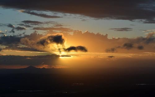 sunset tamborinemountain winter wintersunset sunlitclouds sky landscape lateafternoon lastlight afternoonlandscape sequeensland queensland australia australianlandscape australianweather clouds cloudscape valley mountain albertvalley loganvalley flinderspeak burrumpa countryside mounttamborine