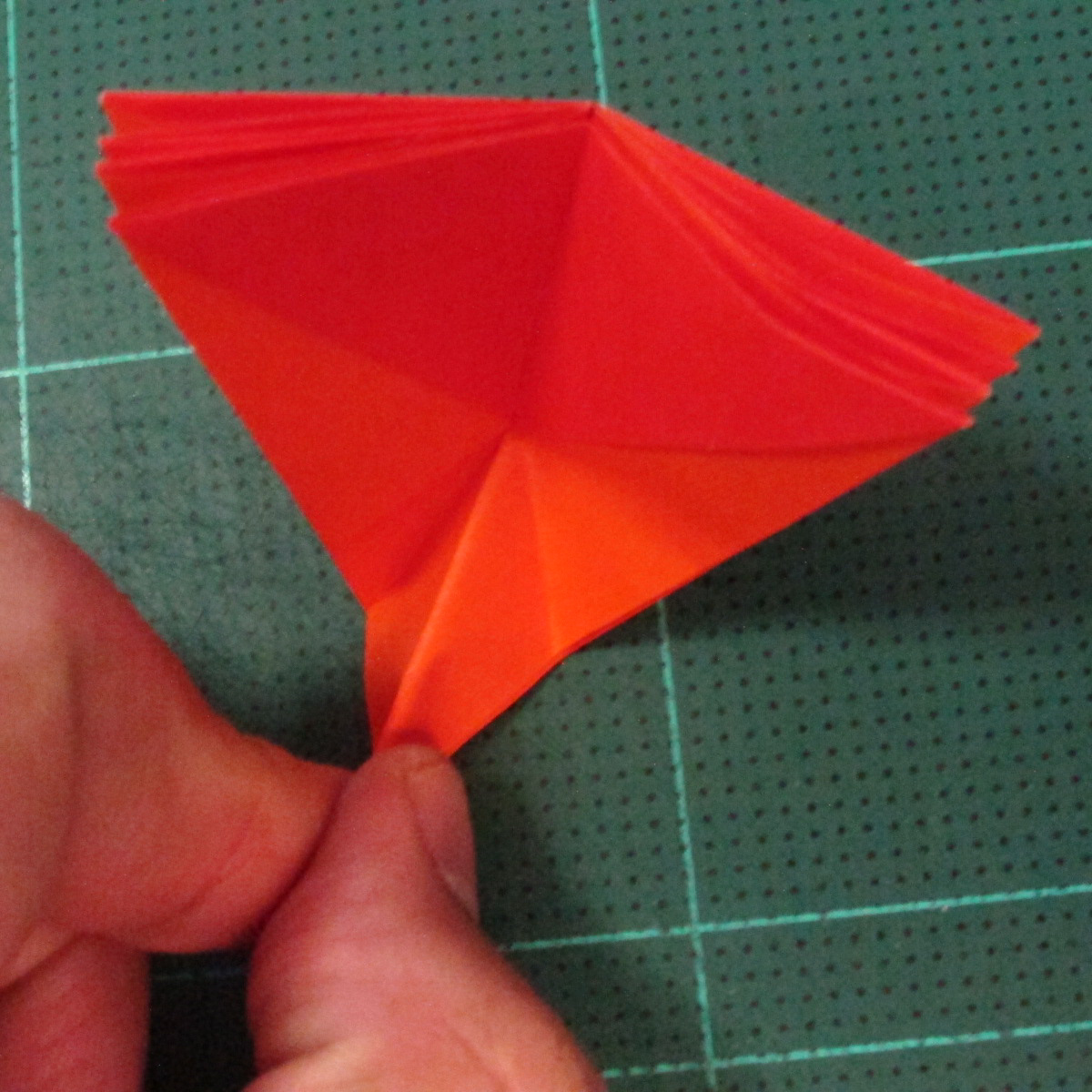 วิธีพับกระดาษเป็นช่อดอกไม้ติดอกเสื้อ (Origami Wedding Chest Flower) 017