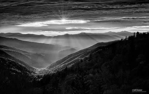 sunrise godrays greatsmokymountainsnationalpark cataloocheeoverlook