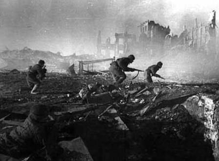 Soldados soviéticos avanzando