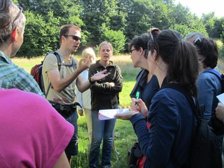 Bioloog Marc geeft uitleg tijdens de natuurexcursie