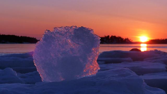 Glowing ice at sunset (Lauttasaari, Helsinki, 20170305)