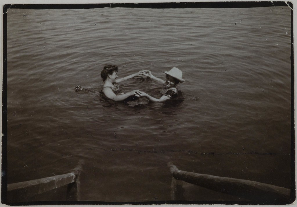 Countess Gisela Hess-Diller and baroness Marion Franchetti (with a hat) swimming in Vienna, 1904.