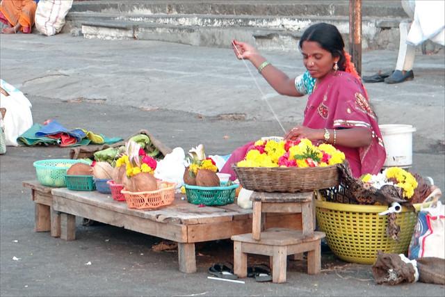 Vendeuse d'offrandes devant le temple de Chamundi (Mysore, Inde)