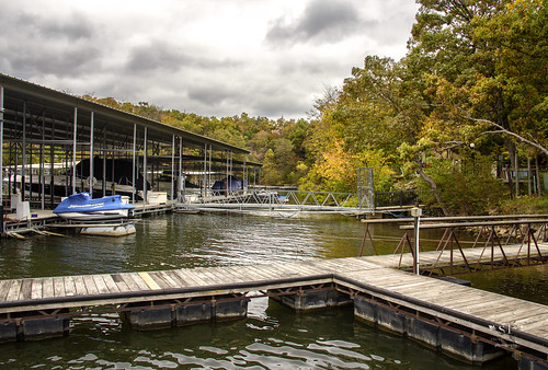 lakeoftheozarks treetopvillage horeshoebend fourseasons lakeozark camdemcounty missouri mo shore shoreline autumn fall beautiful morning stevefrazierphotography landscape waterscape water outdoor serene peaceful calm canoneos60d