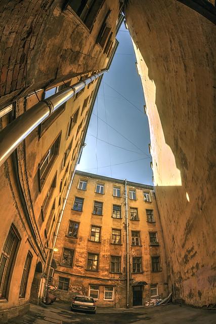 Triangle courtyard / треугольный двор-колодец