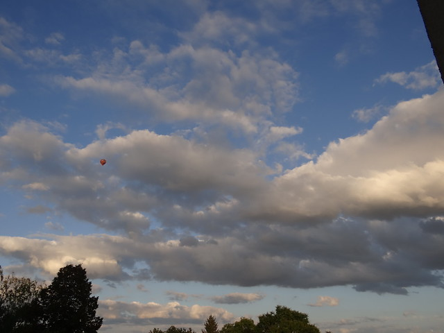 Weil die Winde mich zu wild ergriffen, Sturmböen mich angebissen, daß sie fester sich des Ballons versichernd, nein das Seil ist nicht gerissen, weil nun über Reif und Frost die Winde spitz und scharf und lieblos mir begegnen flieht der Ballon 0004