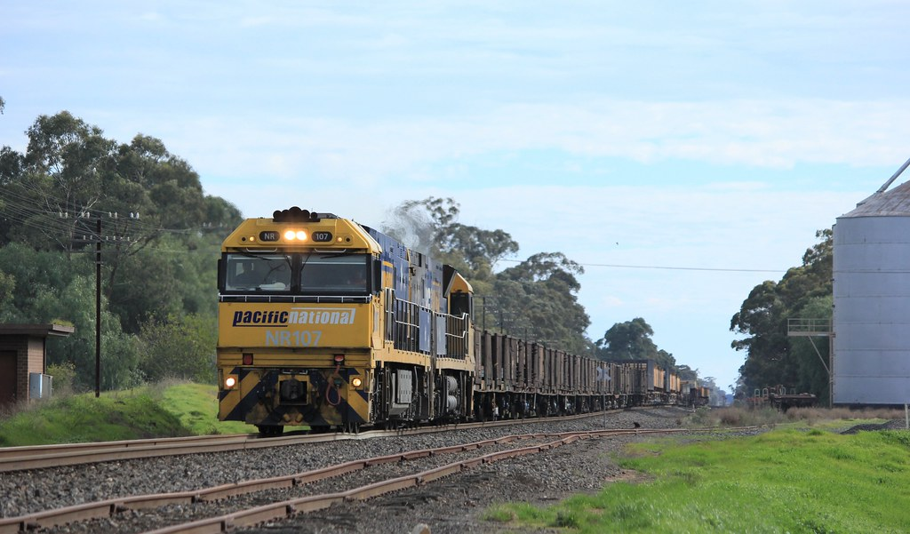 NR107 and NR4 rumble their way through Glenorchy on XW4 steel service by bukk05