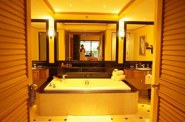 <p>マスターベッドルームバスルーム、大きなバスタブ</p>