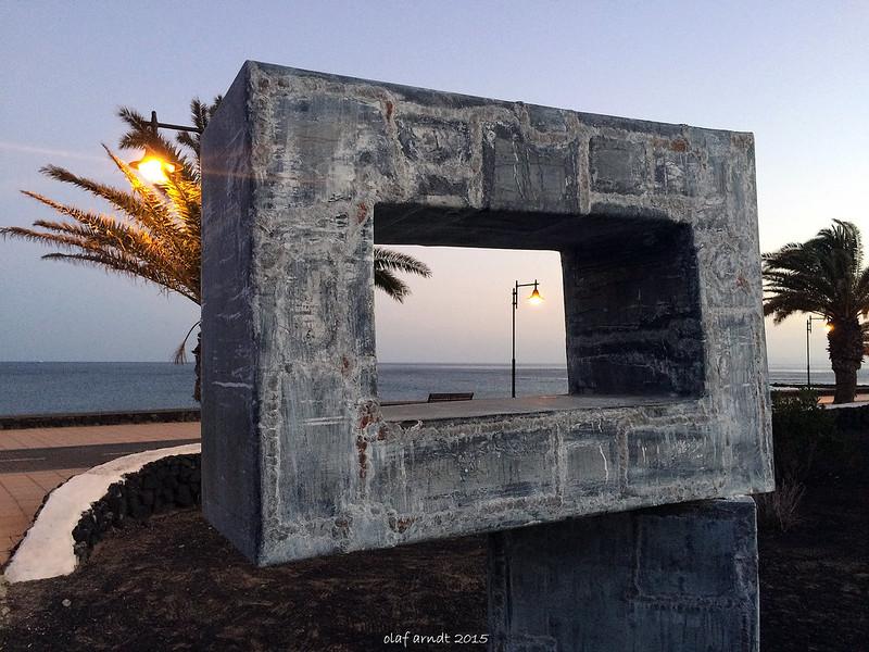 Teil einer Skulptur von Cesar Manrique am Strand von Puerto del Carmen (Lanzarote)