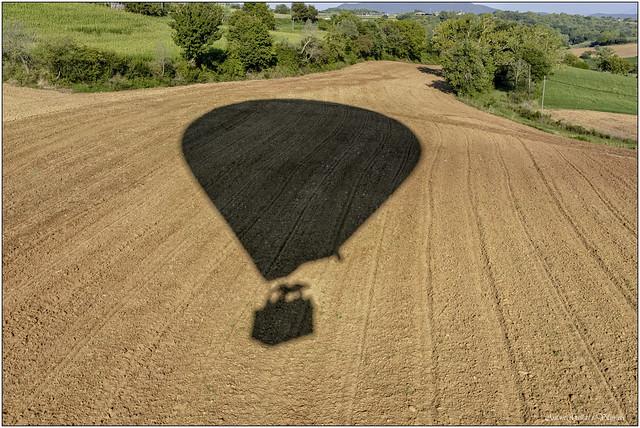 L'aterratge del globus. - The balloon landing. (La Garrotxa) Catalonia.