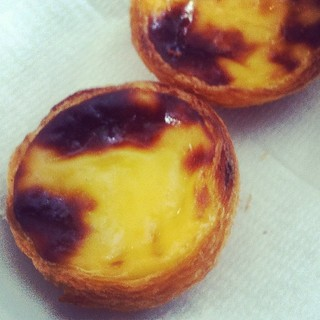 The pasteis de nata at Pastelaria Aloma, winner of the best egg tarts in Lisbon two years running. Amazingly flaky and crispy, with a taste somewhere right between sweet and rich. #portugal | by RealThai
