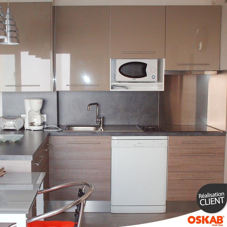 Petite cuisine ouverte avec bar décor bois et argile - OSK ...