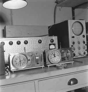 The synchronous clock Syncro-Clock and an oscilloscope made in Yleisradio's workshop, 1944.