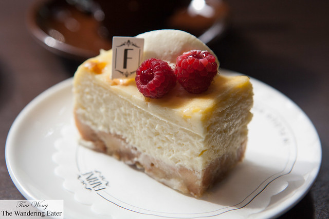 Cheesecake with apples on the bottom