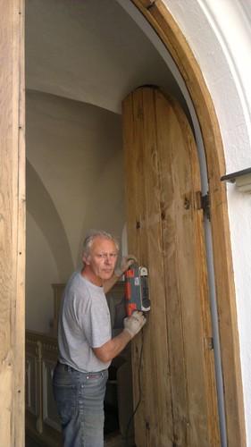 na_jar-__Pan_kostolnik_nam_obnovil_kostolne_vchodove_dvere