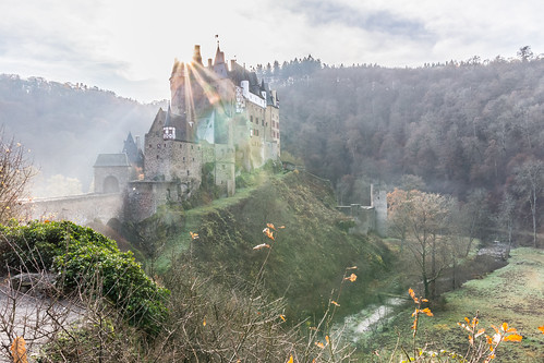 burg eltz germany mosel deutschland castle fog morning sunrise sunrays morgen sonne nebel autumn herbst
