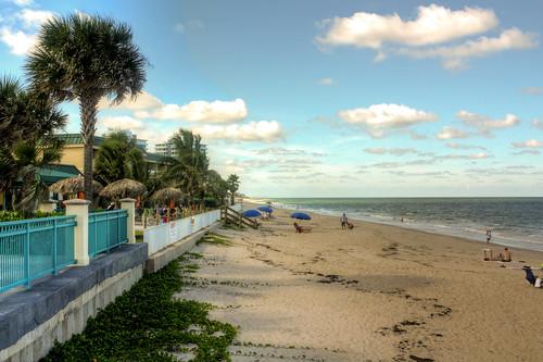 florida northamerica usa indianrivercounty verobeach beach sand atlanticocean palmtrees clouds sextonplaza beachumbrellas scoreme28 treasurecoast