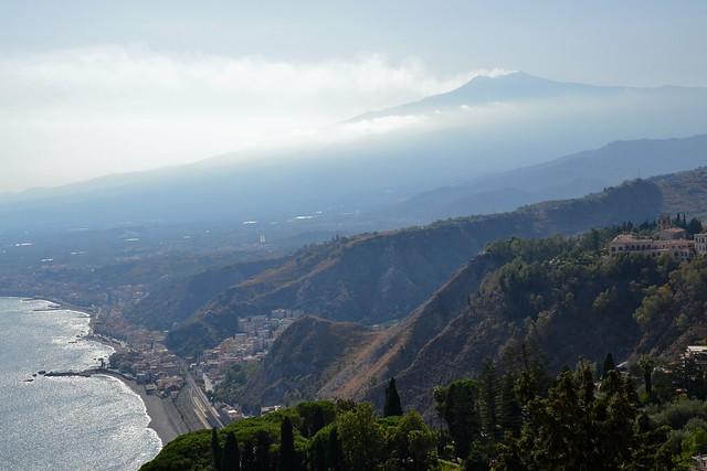 Le volcan de l'Etna et la mer, au-dessus de Taormine
