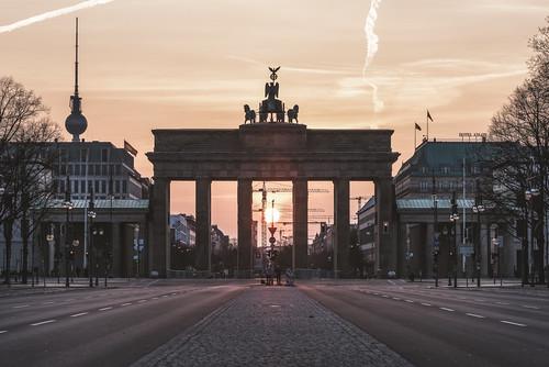 rot berlin brandenburgertor sonnenaufgang sunrise fernsehturm tvtower strasedes17juni pariserplatz architektur architecture capital hauptstadt wahrzeichen monument