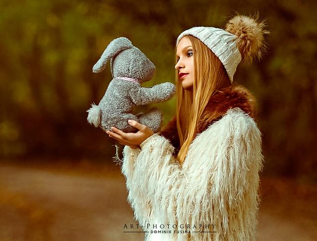 Rabbit  & the Girl | FUJI x-T1 + 56mm (CROP)