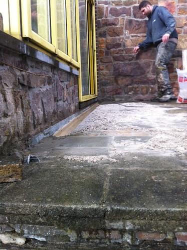Pose d'aqua drain pour reprendre les eaux et eviter les infiltrations vers l'intérieur du bâtiment.