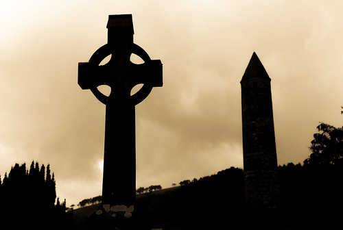 county old ireland irish tower cemetery grave graveyard yellow europe cross cloudy eu irland eire na christian glendalough obelisk celtic wicklow irlanda irlande éire cros poblacht airlann héireann cheilteach ilobsterit