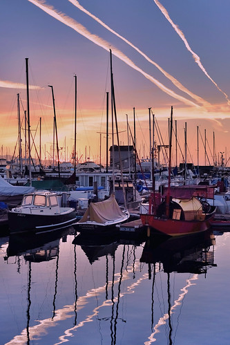 california morning sky reflection santabarbara clouds sailboat sunrise reflections boats harbor contrail sailing fuji pacific peaceful coastal fujinon vaportrail xe2 xf1855 fujixe2