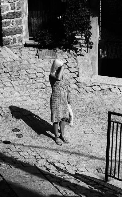 Non abbiate mai paura dell'ombra. È lì a significare che vicino, da qualche parte, c'è la luce che illumina.  Ruth E. Renkel