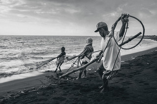 Fishermen Pulling The Net, Boom Beach, Banyuwangi | by syukaery