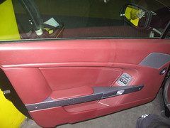 Limpiador de Cuero productos naturales. Se muestra en la misma foto el Antes y Después puerta piloto. Aston Martin