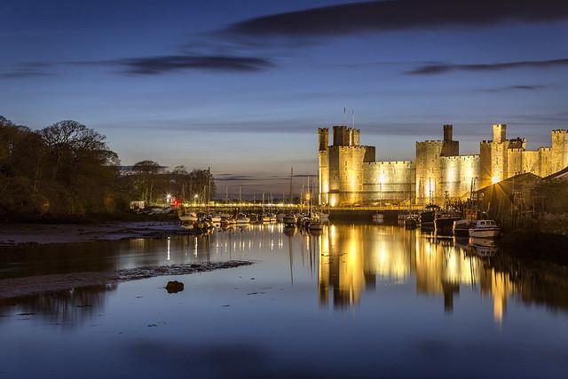 Cyfnos ger Castell Caernarfon / Dusk at Caernarfon Castle