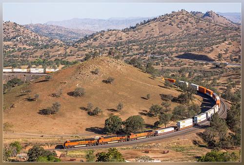 california santa railroad electric burlington train unitedstates general loop zug double stack fe northern ge tehachapi bnsf trein containers doublestack es44c4