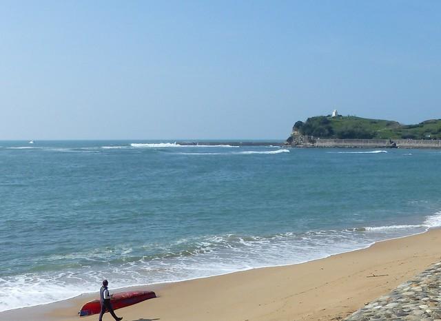 Il marche d'un pas décidé. Mais au fait sur quelle plage? La grande plage de St Jean de Luz (64) vers la pointe de la Sainte Barbe que l'on voit au fond.