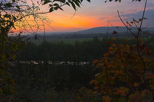 deutschland wasser himmel wolken landschaft sonnenaufgang morgens pattensen niedersachsen laubfärbung flus