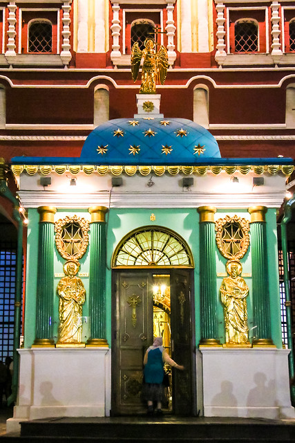 Lovely small Iveron Chapel at night, Moscow モスクワ、赤の広場入口の小さな教会