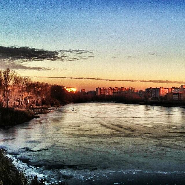 В Нижнем Новгороде в северной части Мещерского озера на прозрачный миллиметровый #лед выползают утренние #рыбаки и тянутся на глубину… #рассвет #заря #утро #страсть #рыбалка #vscocam