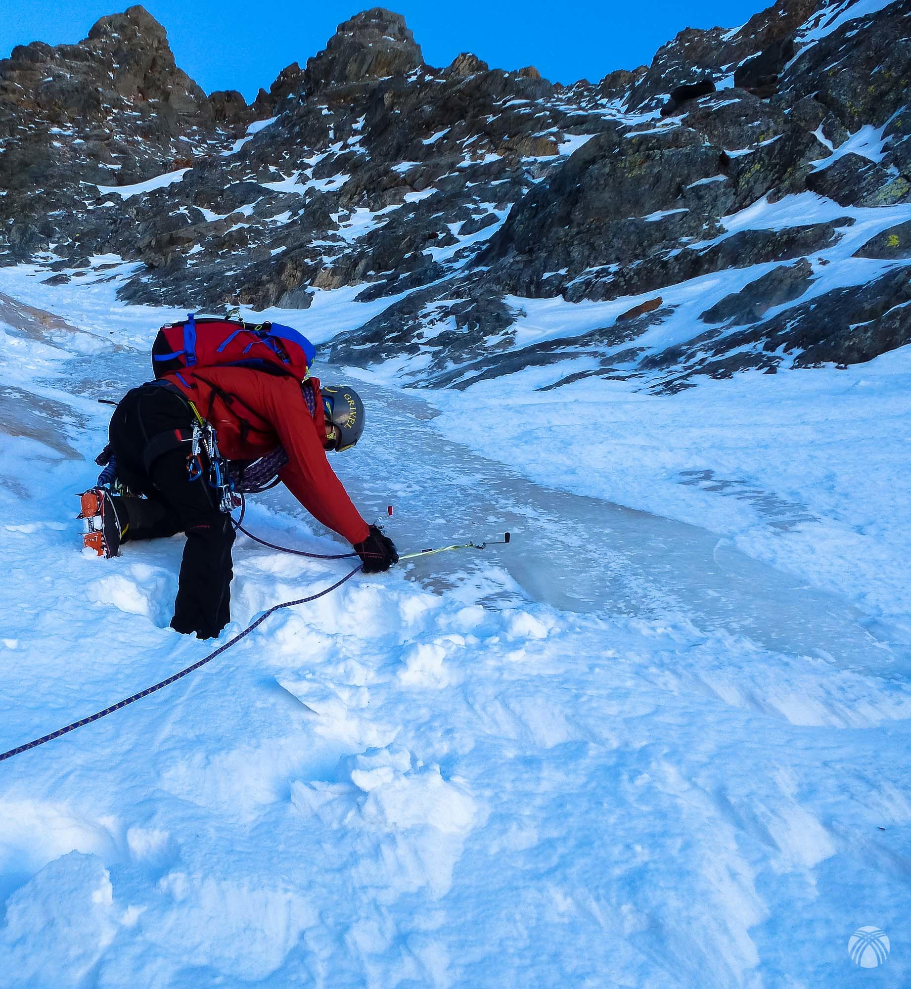 Enorme chorrera de hielo de unos 15 metros en un estrechamiento