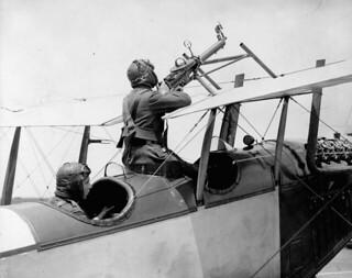 A Curtiss JN-4 gun installation, pilot's gunnery, Royal Flying Corps... / Un avion Curtiss JN-4 doté d'une mitrailleuse intégrée, artillerie du pilote, Royal Flying Corps [corps royal d'aviation]...