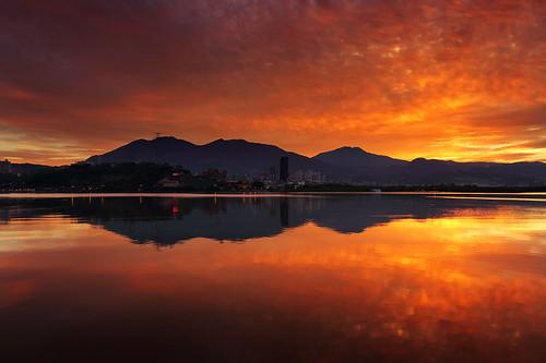 light mountain reflection water clouds sunrise river dawn mirror 淡水 關渡宮 淡水河 日出 黎明 關渡 reddawn 倒影 火燒雲 鏡射 紅潮 淡水日出