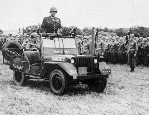 Patton pasando revista a sus tropas