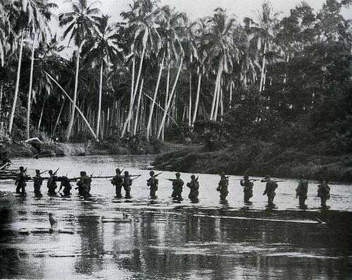 Marines patrullando en Guadalcanal