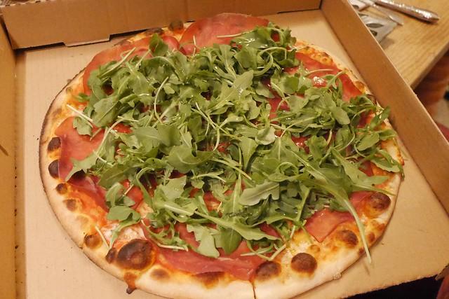 金, 2016-12-16 18:45 - プロシュートとルッコラのピザ