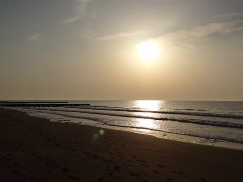Am Strand ohne Ende von Lido di Jesolo durchzudringt die Sonne den letzten Nebelschleier, der Dunst zerrinnt vor dem Licht des Morgens, flammt die halbe Sonnenscheibe über den Horizont 1226