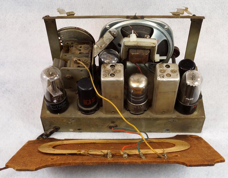 RD11401 Vintage Mid Century 1948 TRAV-LER 5066 Brown Bakelite Case TUBE RADIO DSC08565
